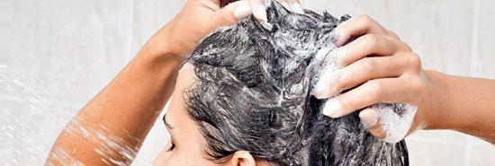 Lavar a cabeça com água quente causa caspa?