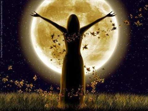 Wiccans, Bruxos e Bruxas realizam ritual de bruxaria, os Esbats, que celebração a lua.