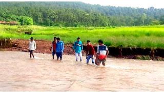 नदी पर आज तक नहीं बना पुल, बाढ़ में भी पैदल नदी पार करने को मजबूर ग्रामीण