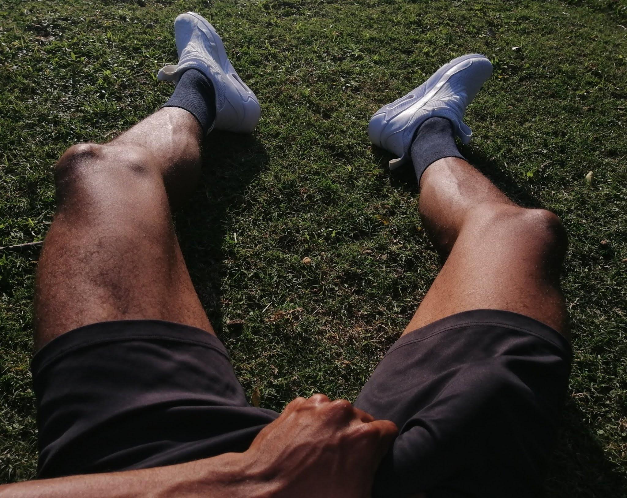 futbolista tocandose