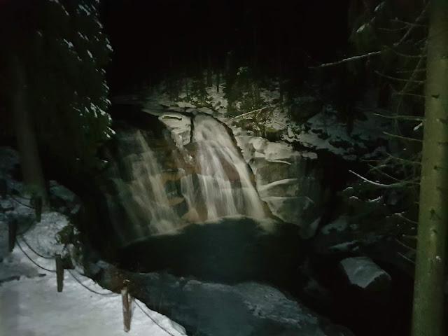 wodospad mumlavsky nocą