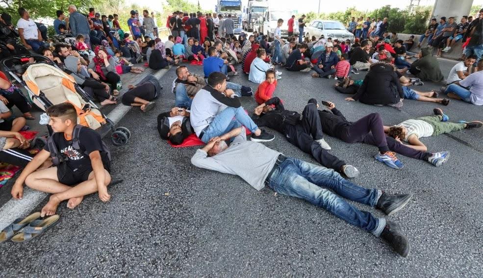 «Μετανάστες» έκλεισαν παράδρομο της εθνικής οδού Αθηνών-Λαμίας – Ανεξέλεγκτη η κατάσταση εντός της χώρας