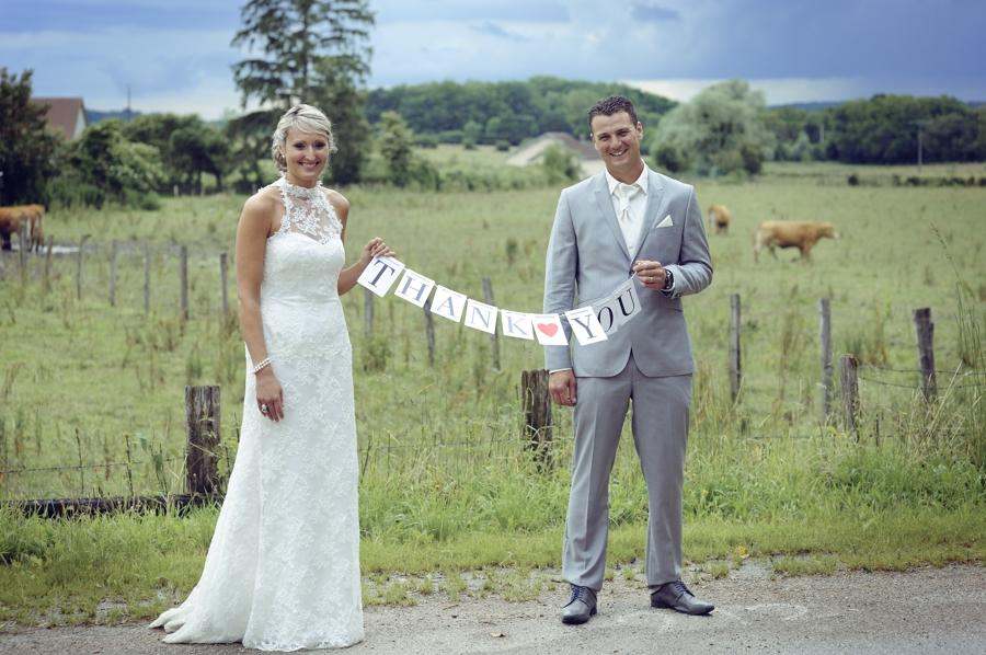 Un couple de mariés franc comtois posant pour le photographe de mariage