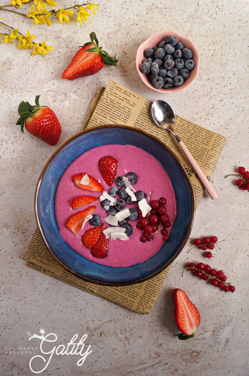 rozowy-jogurt-z-owocami-w-kawalkach