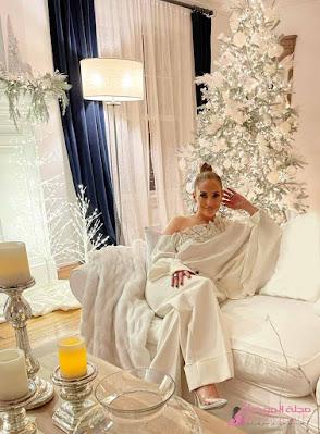 جينيفر لوبيز باطلالة ساحرة بالأبيض للترويج لعلامتها التجارية JLo Beauty الجديدة