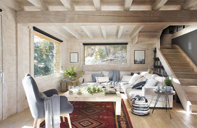 Amenajare scandinavă într-o casă de lemn din mijlocul pădurii (La Molina, Spania)