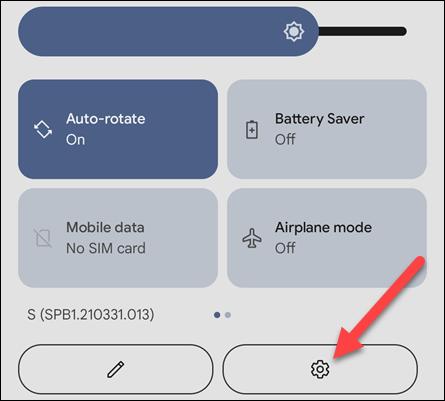 اسحب لأسفل على الشاشة الرئيسية لجهاز Android لفتح الإعدادات السريعة وانقر فوق رمز الترس