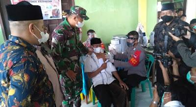 Dandim 0105/Abar Bersama Kapolres Meninjau Serbuan Vaksinasi Massal Sambil Membagikan Bantuan Sosial