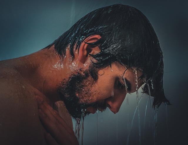mandi dengan air dingin