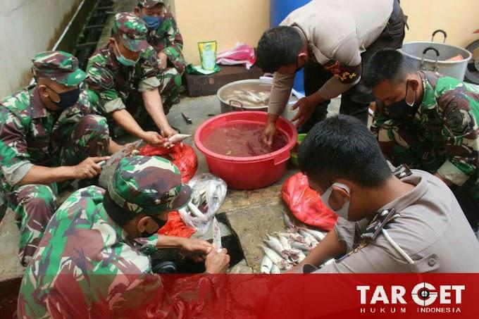 Keseruan Para Tentara dan Polisi Kab. PPU di Dapur Umum Saat Bulan Ramadhan