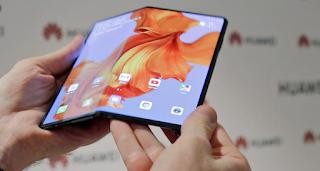 تستعد شركة هواوي لإطلاق أول هاتف لها من فئة الهواتف القابلة للطي، حيث قال المدير التنفيدي للشركة السيد ريتشارد يو في كلمة له في المعرض العالمي التقني IFA 2019 المنعقد بمدينة برلين الألمانية إن شركة هواوي تعتزم إطلاق الهاتف ميت إكس Mate X الشهر المقبل، أي شهر أكتوبر.