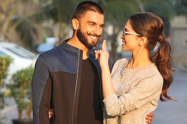 WOWWW! LOOK HOW RANVEER SINGH SURPRISED DEEPIKA PADUKONE ON HER ARRIVAL FROM HOLLYWOOD - BOLLYWOOD NEWS