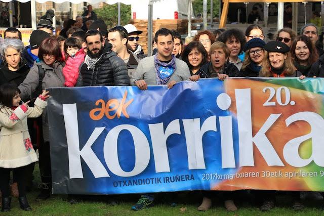 Foto de familia en apoyo a la Korrika, durante las fiestas de San Vicente