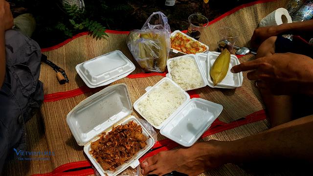 Bữa trưa Picnic ngay trong rừng với món ăn theo mùa với đặc sản hôm nay là Tép Sông