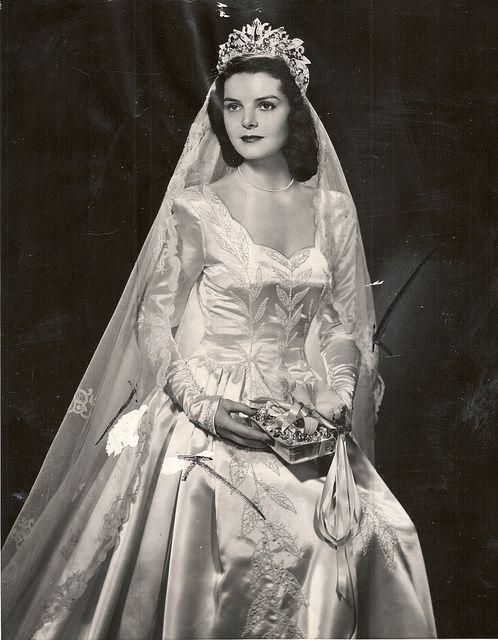 Vestido de noiva anos 40, casamento, vestido com decote quadrado e tecido bordado