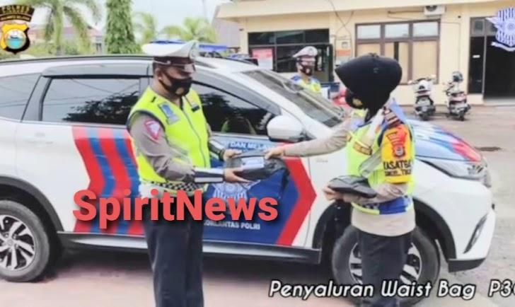 Satlantas Polres Pinrang Bagi 65 Waist Bag P3C, Pada Personil Untuk Pencegahan Covid-19