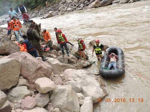 Dramático rescate de cuerpos por accidente vial en Tarija