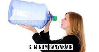 Minum banyak air untuk mengatasi Masalah Bau Mulut