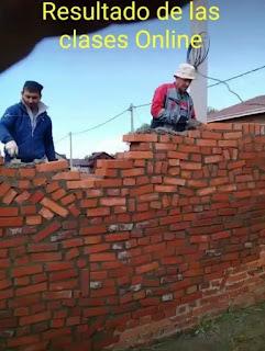 Albañiles levantando muro doblado o mal construido