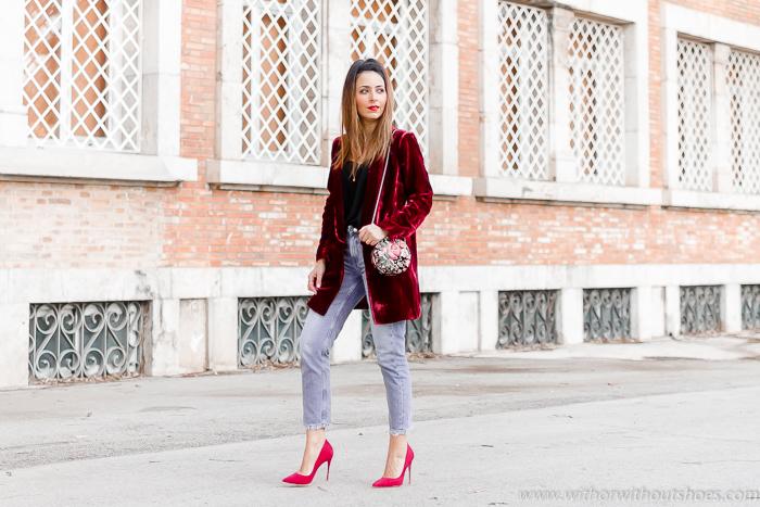 Look de la cena de Navidad Chaqueta blazer de Terciopelo burdeos jeans y zapatos rojos