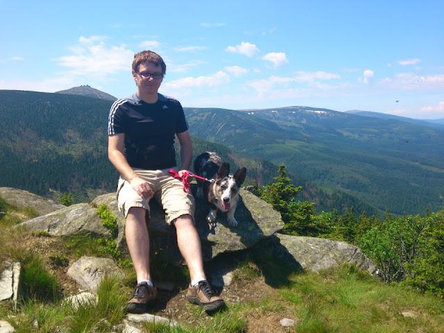 okraj, śnieżka, skalny stół, Biba, cardimania, sudety, karkonosze, szlak, podróże z psem, z psem w trasie, w podróży z psem, pies w górach, z psem w górach