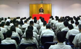 講演会講師・三遊亭楽春のメンタルヘルス講演会の風景。
