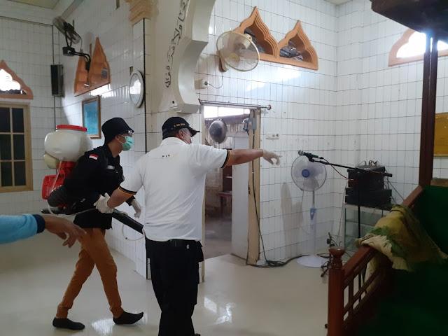 Basmi Corona, Tim PKS dan Amir Liputo Semprot Disinfektan ke Masjid-Masjid Manado