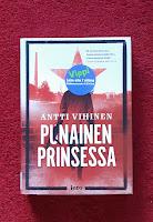 Punainen prinsessa - kirja makaa punaisella karvalankamatolla