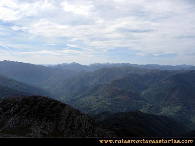 Ruta por el Aramo: Desde el Gamoniteiro, vista hacia la zona de Quirós y Teverga