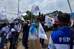 Massa Buruh Unjuk Rasa Tolak Omnibus Law Mulai Padati Area Gedung DPR