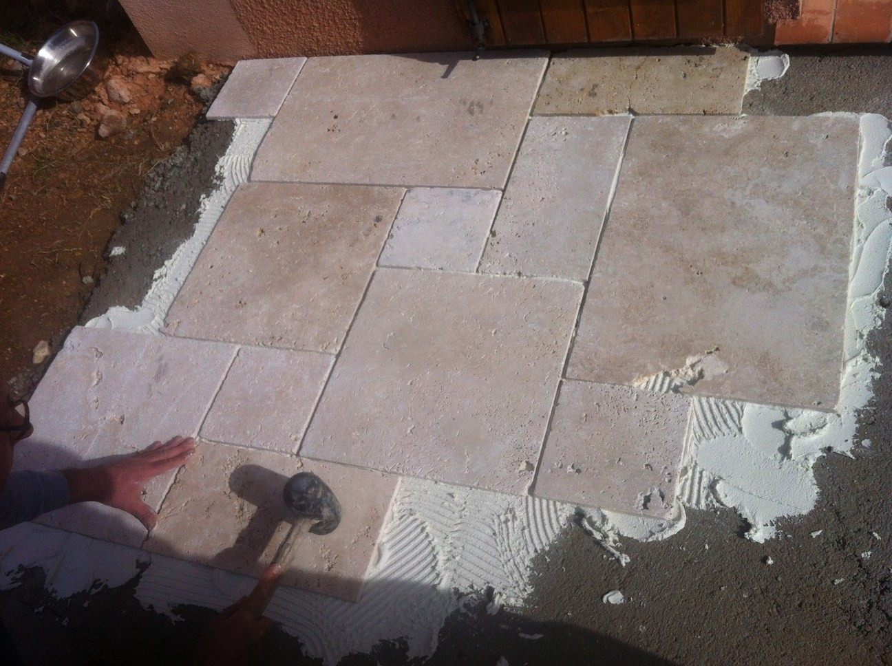 Blog as de carreaux tutoriel de pose dallage en travertin for Taille joint carrelage