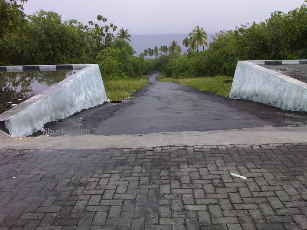 Jalan masuk ke Danau Tolire dan area parkir kendaraan