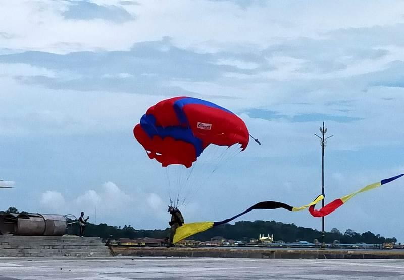 Atraksi Terjun Payung Flypass Semarakkan HUT ke-32 Alumni Akabri 88