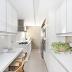 Cozinha corredor contemporânea branca e cinza com espelhos e plantas!