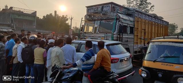 गोरखपुर मे तरकुलहा मंदिर के मुख्य द्वार पर हुई ट्रक और कार की टक्कर