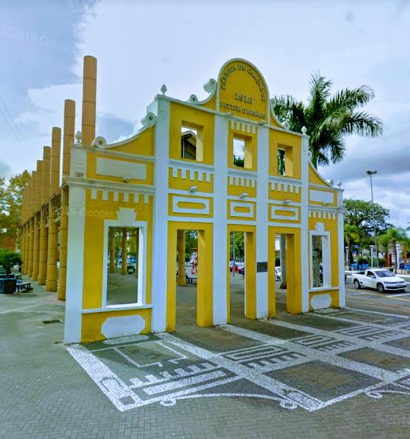 A imagem mostra a faixada da primeira fábrica de sapatos em Campo Bom. Hoje é apenas um memorial da Fábrica Irmãos Verter no lago com o mesmo nome que a atração turística da cidade.