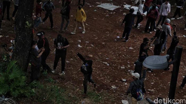 Massa Anarko Serang Polisi Pakai Bola Kasti Beracun, Sejumlah Polisi Sesak Nafas