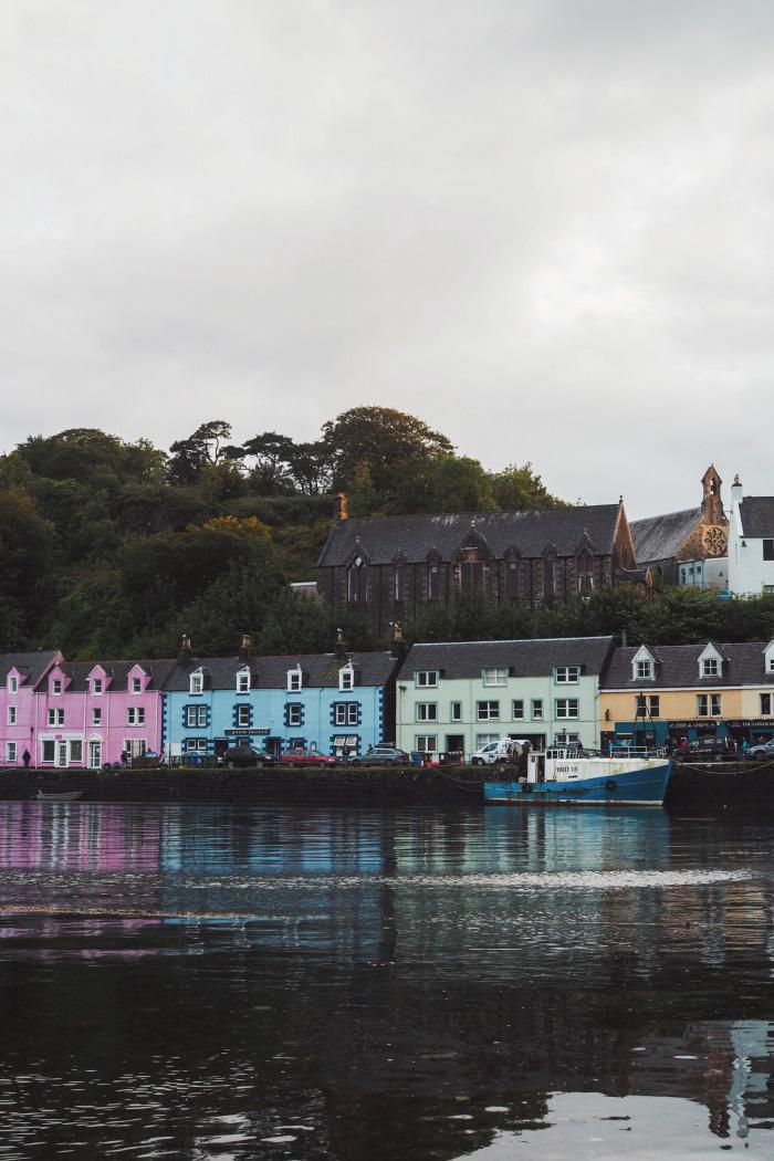 Façades colorées du port de Portree sur l'île de Skye en Ecosse