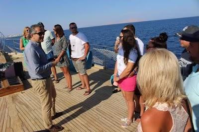 صور/ وزير السياحة يلتقي السائحين على متن أحد مراكب شرم الشيخ