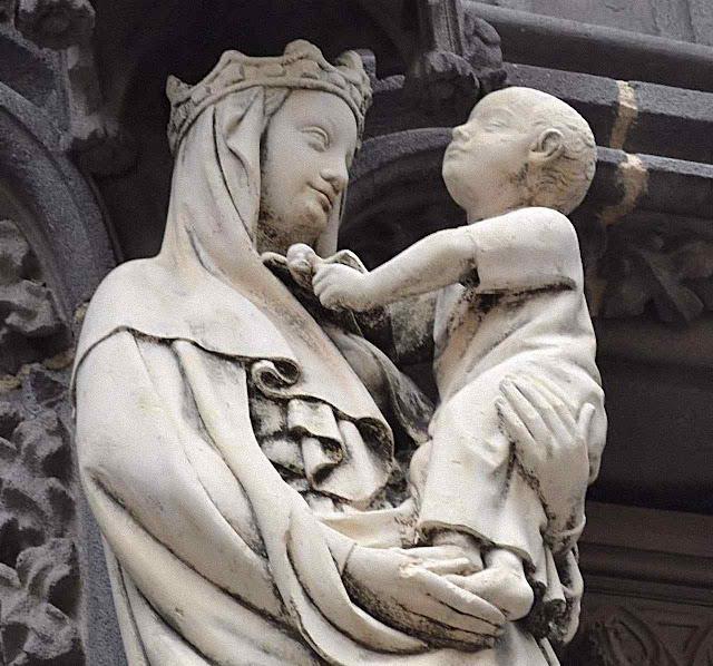 Vierge à l'oiseau no pórtico da igreja de Marthuret, Riom, Auvergne