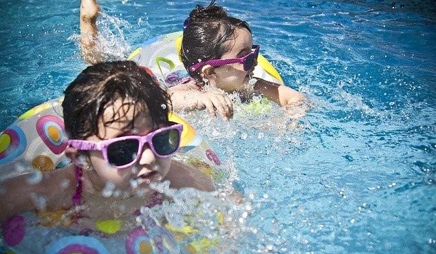 Kan leren van baby's om te zwemmen hun meesterschap in de toekomst vergemakkelijken?