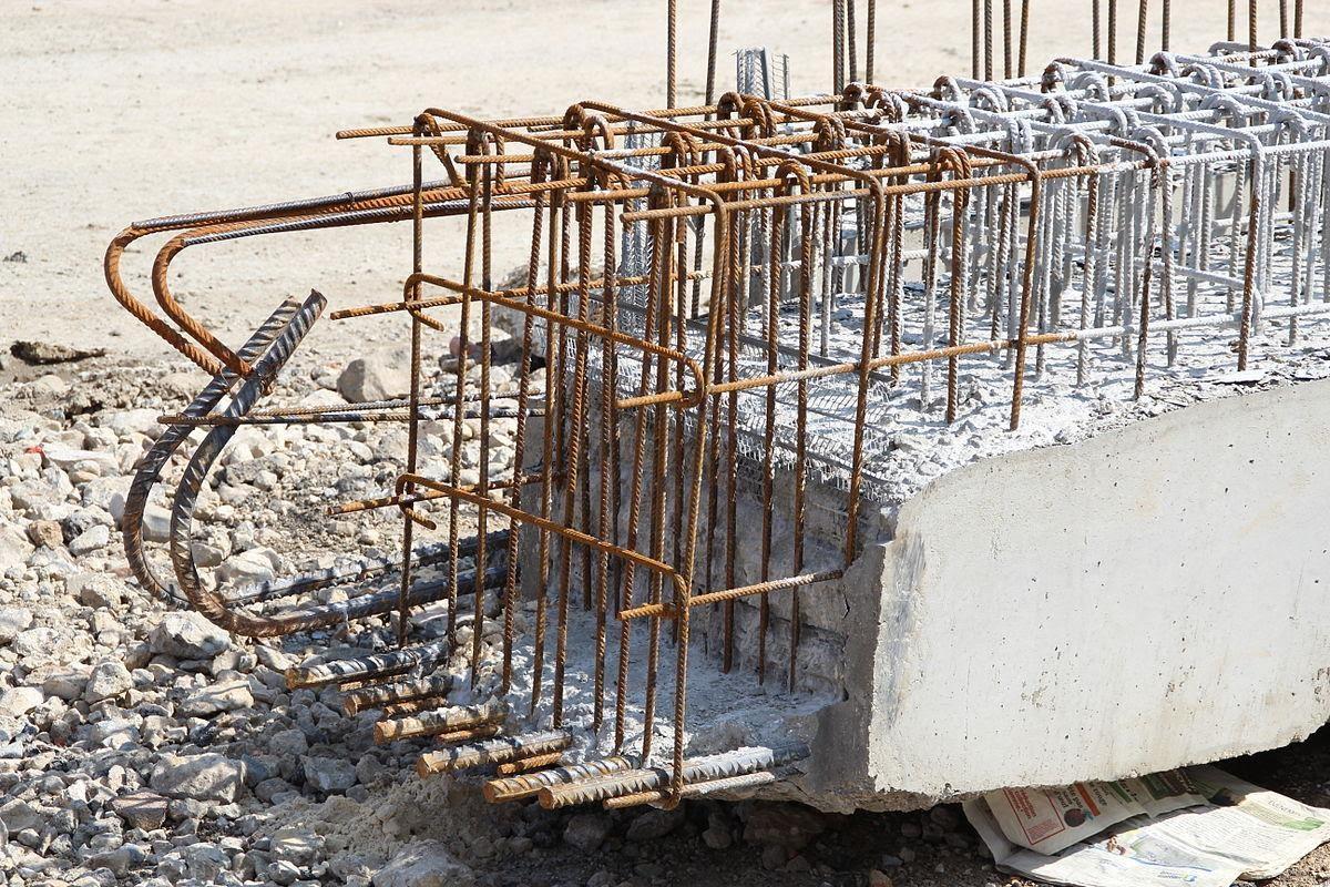 Armadura de aço em uma peça de concreto