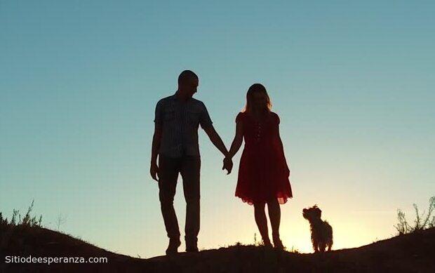 Pareja de enamorados caminando tomados de la mano