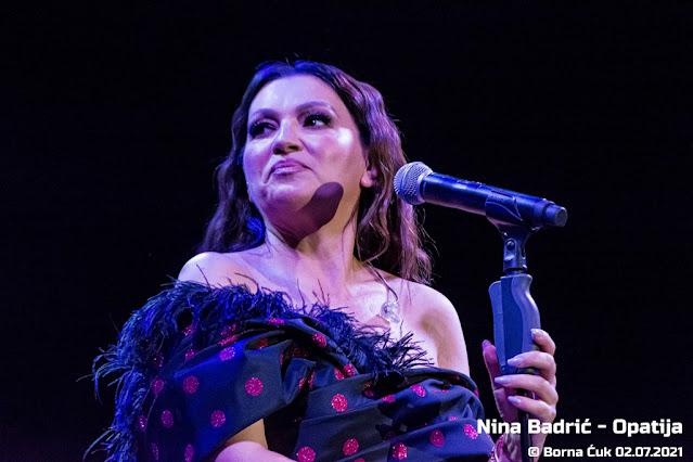 Nina Badrić na ljetnoj pozornici u Opatiji