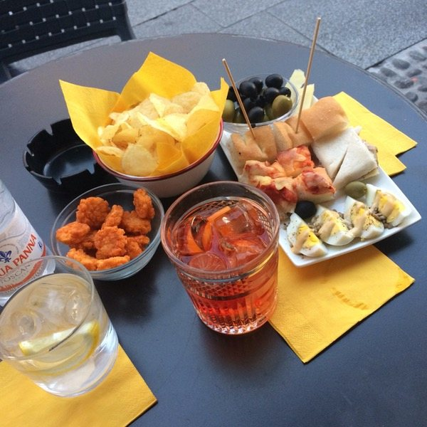 Restaurant El Brellin cocktail drinks and variety of snacks for aperitivo in Navigli Milan