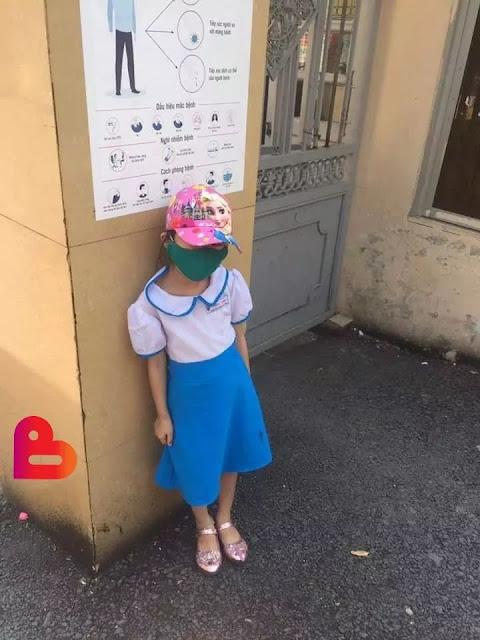 Đưa con đi học sớm, cô giáo bắt đứng ngoài cổng trường dưới nắng nóng gần 40 độ
