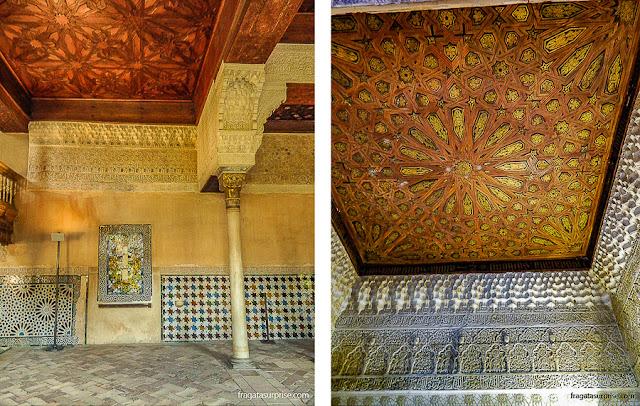 Tetos decorados nos salões do Palácio de Comares, na Alhambra de Granada