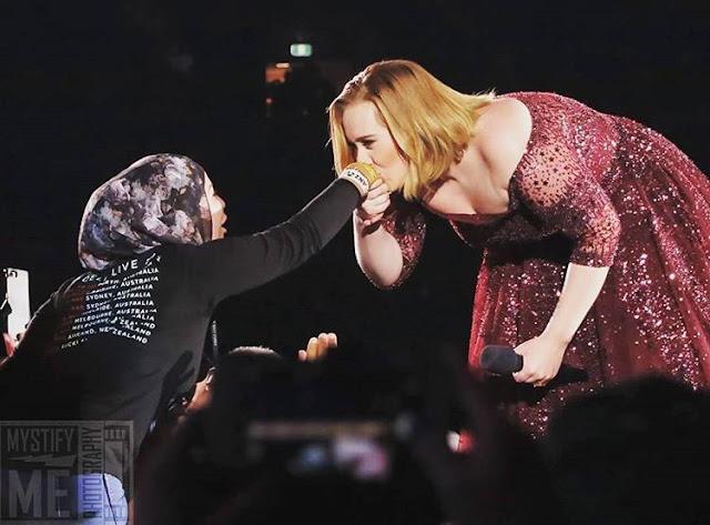 الفنانة العالمية أديل تقوم بتقبيل يد فتاة  محجبة  أمام الجميع.. لن تصدق لماذا قامت بهذا الفعل شاهد الفيديو