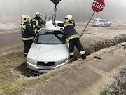 Tűzoltóknak kellett kiemelni egy járművet Abonyban