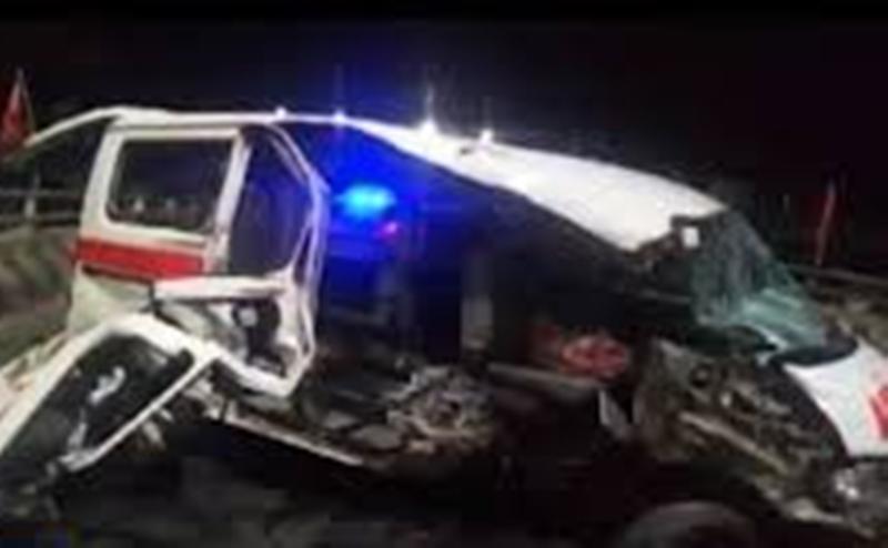 Brak! Ambulans yang Membawa Pasien Rujukan Itu Melaju Kencang dan Tabrak Pembatas Jalan, Diduga Ini Penyebabnya